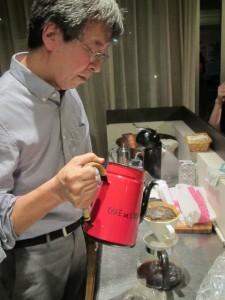 コーヒーを淹れる山内先生